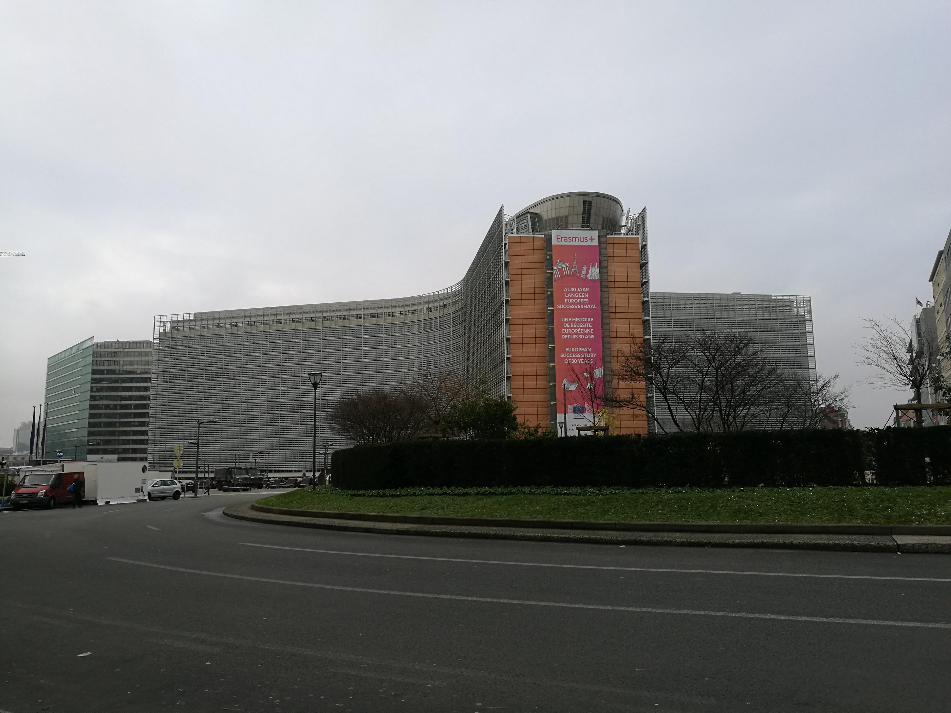 DIE EUROPÄISCHE KOMMISSION ist Hüterin der Verträge und kann Gesetzentwürfe vorlegen, meist auf Initiative des Europäischen Rates oder des (Minister)Rates der Europäischen Union