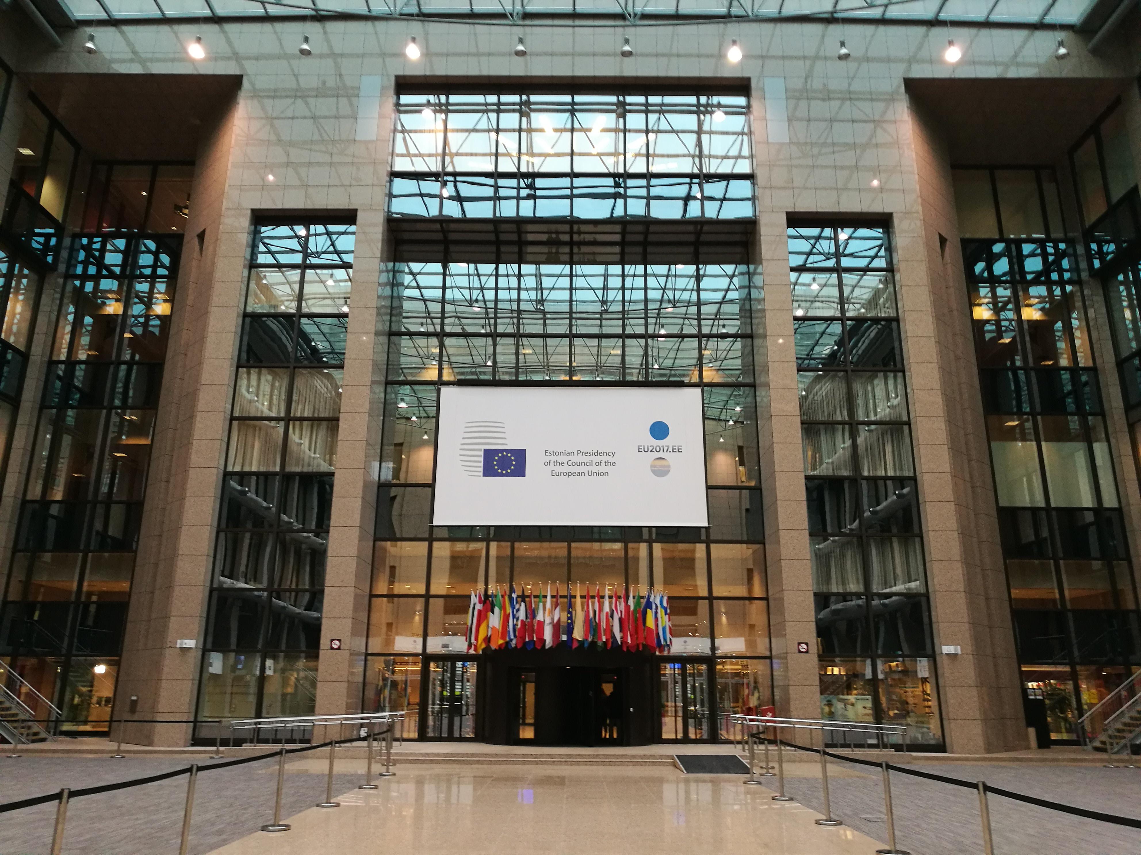Der (Minister) RAT DER EUROPÄISCHEN UNION vertritt die EU-Mitgliedstaaten und ist Mitentscheider im EU-Gesetzgebungsprozess. Die Mitgliedstaaten werden zudem vom EUROPÄISCHEN RAT auf Ebene der Staats- und Regierungschefs vertreten. Diesem Gremium gehört auch die Hohe Vertreterin für Außen- und Sicherheitspolitik der EU und der EU-Kommissionspräsident an. Es entscheidet über die allgemeine Ausrichtung der EU-Politik und ihre Prioritäten.